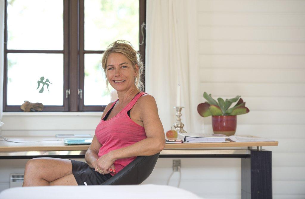 <caption>Kropsterapeut Tamara Julin har tidligere arbejdet som social- og sundhedsassistent, personlig træner og massør. Nu har hun egen klinik i Listed. Foto: Berit Hvassum</caption>