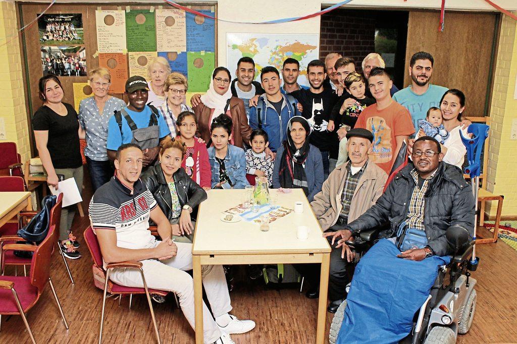 Seit Anfang des Jahres ist das Café International im Bonhoeffer-Haus untergebracht. Für zahlreiche Flüchtlinge im Bünder Stadtgebiet ist es ein Ort, an dem sie die deutsche Sprache erlernen können und Hilfe bei alltäglichen Problemen erhalten.