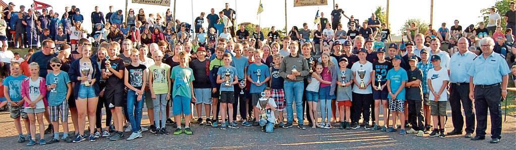 Bei der Siegerehrung in Stedesdorf belegte die Jugendfeuerwehr Holtgast (Mitte) den ersten Platz; gefolgt von der Jugendfeuerwehr Burhafe (links) und der Jugendfeuerwehr aus Ardorf. BILD: Gerhard Frerichs
