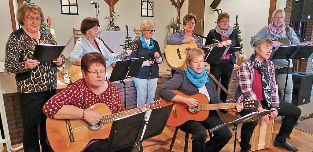 Unter der Leitung von Silke Hinrichs (stehend rechts) gab die aus Ardorf kommende  Gitarrengruppe unter anderem einige Schlager und Gospels zum Besten.