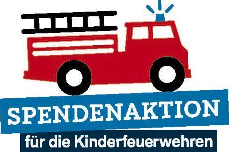 """Mit einer hölzernen Erinnerungstafel, übergeben an Katharina Klarmann (l.) und Birte  Dierks, sagen die Feuerwehren den Initiatoren und allen Spendern """"Dankeschön von den  Kinderfeuerwehren"""".   BILD: Klaus Händel"""