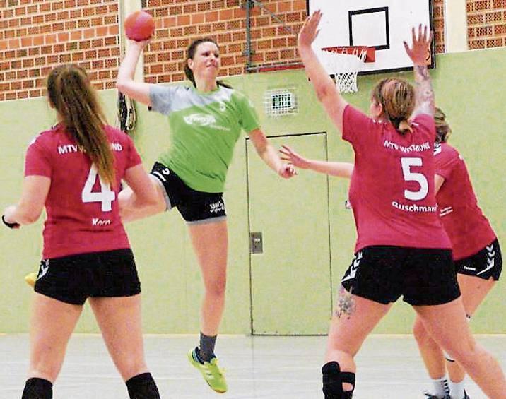 So frei wie Vanessa Soring (am Ball) kamen die Damen der HSG Friedeburg/Burhafe nur  selten zum Wurf.   BILD: Carsten Reimer