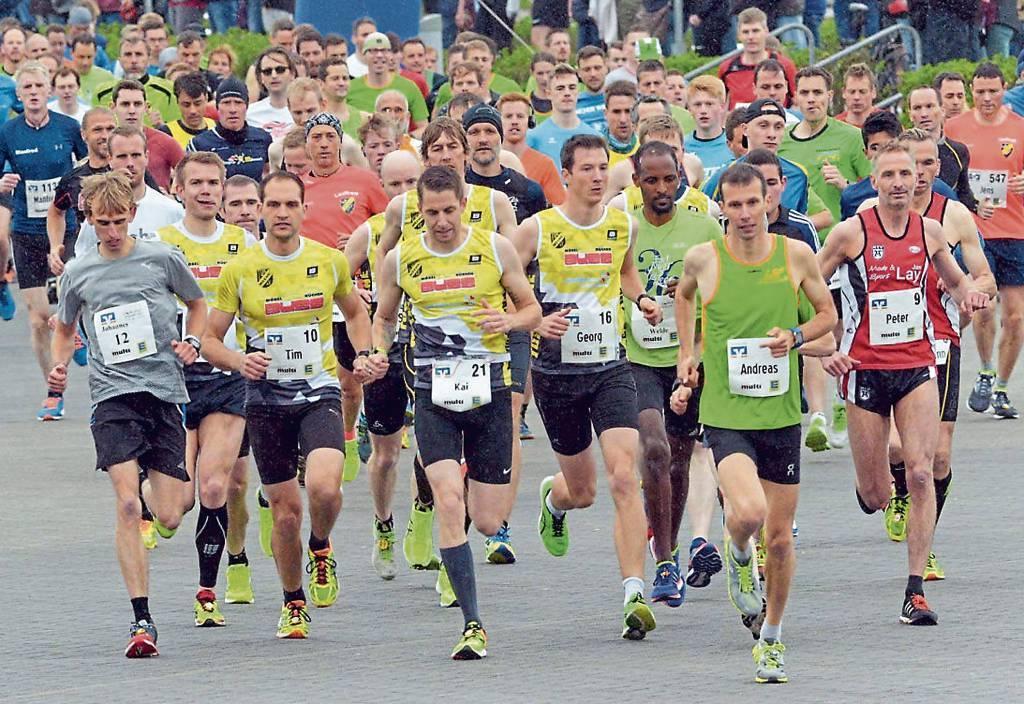 Ein enges Rennen an der Spitze, angeführt von Andreas Kuhlen (vorne in Grün), wird  es in diesem Jahr wohl auch nur auf den ersten Kilometern geben.   BILD: Joachim Albers