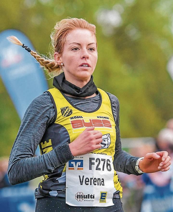 Verena Coordeskam bei ihrer ersten Etappe als schnellste Läuferin ins Ziel.