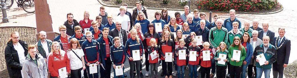 Zahlreiche Aktive und Funktionäre aus 17 Vereinen der Stadt wurden gestern im Rathaus  von Wittmunds Bürgermeister Rolf Claußen (r.) für ihre sportlichen Erfolge ausgezeichnet.   BILD: Helmut Burmann