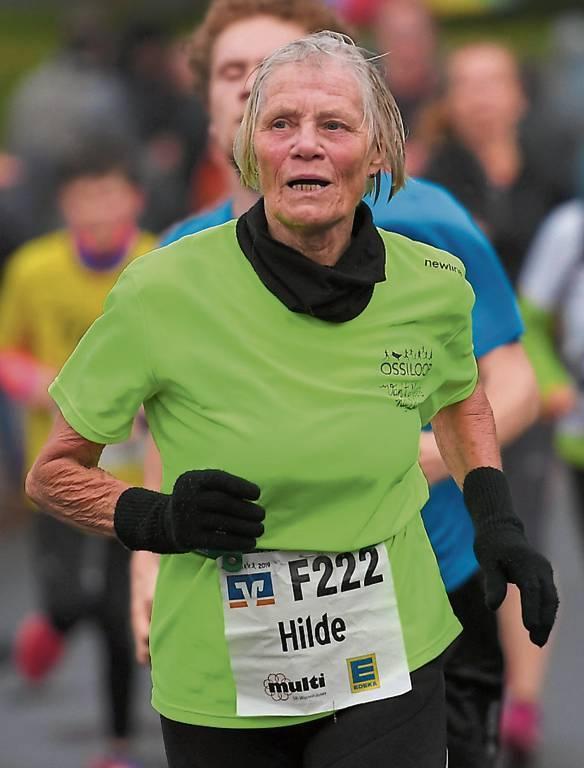 Hilde Steinke spulte auch ihre 225. Etappe souverän ab. Auch wenn sie eigentlich lieber  bei Hitze läuft, kam sie gut durch.   BILD: Jochen Schrievers
