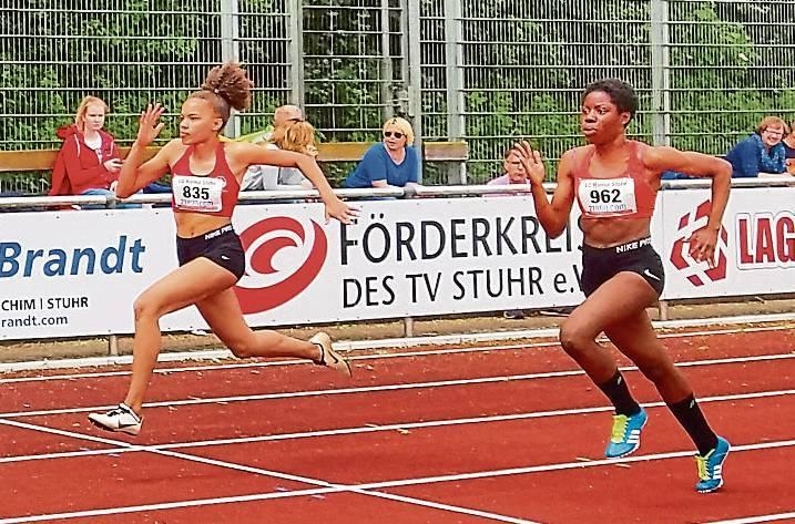 Fortuna Nkengue (rechts) trumpfte bei der Landesmeisterschaft groß auf. Sie sicherte  sich den Titel im Mehrkampf.   BILD: Bernd Kollenbroich