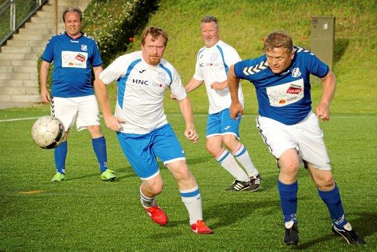 Niels Illemann (th.) og en Tårnborg-spiller jagter bolden, mens RGI's Martin »Svabbel« Schwartzbach og en anden Tårnborg-spiller ser på. Foto: Jens Wollesen