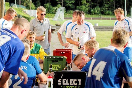Den berømte 3. halvleg, efter kampen var slut, blev fejret med bajere. Tårnborg-spillerne fik en øl på RGI's superveteraners regning. Spillerne kender hinanden godt efter at have mødtes indbyrdes mange gange.