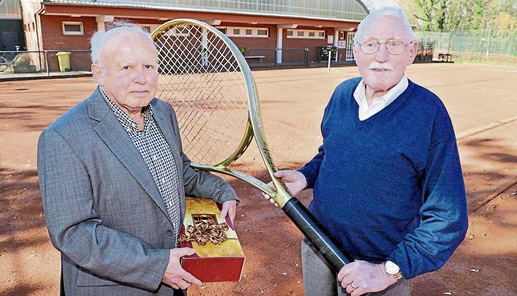 Tennis spielt eine große Rolle im Leben von Gründungs- und Ehrenmitglied Ferdi Disselmeyer (rechts) vor der Tennishalle des TC Grün-Weiß Paderborn. Links GW-Vorsitzender Herbert Pfau.