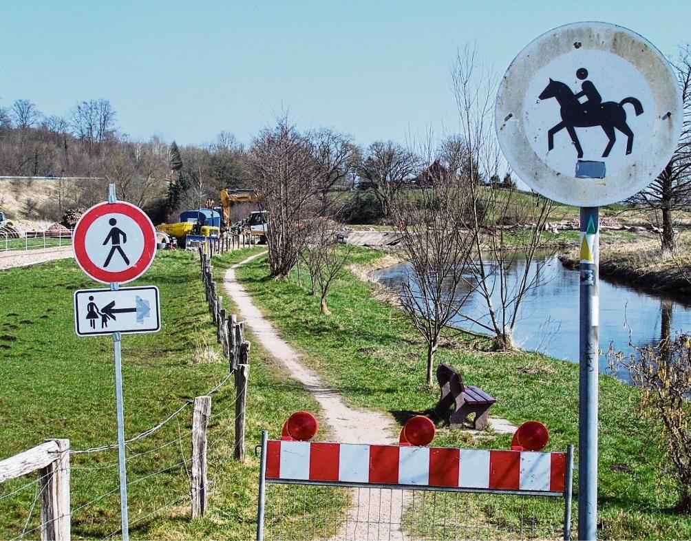 Der Travewanderweg in Höhe Sehmsdorf in Richtung Kneeden wurde wegen Baumaßnahmen gesperrt. S. Rohde