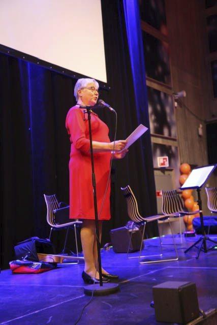 LESTE DIKT: Nestleder Solbjørg Heggdal leste to dikt.