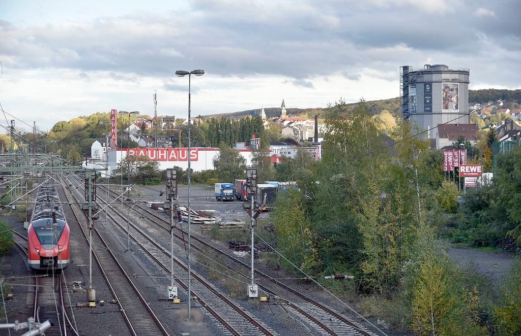 Auf dem Brachgelände zwischen Bahngleisen und Widukindstraße eröffnet die AWG im kommenden Jahr einen neuen Recyclinghof. ⇥Foto: Stefan Fries