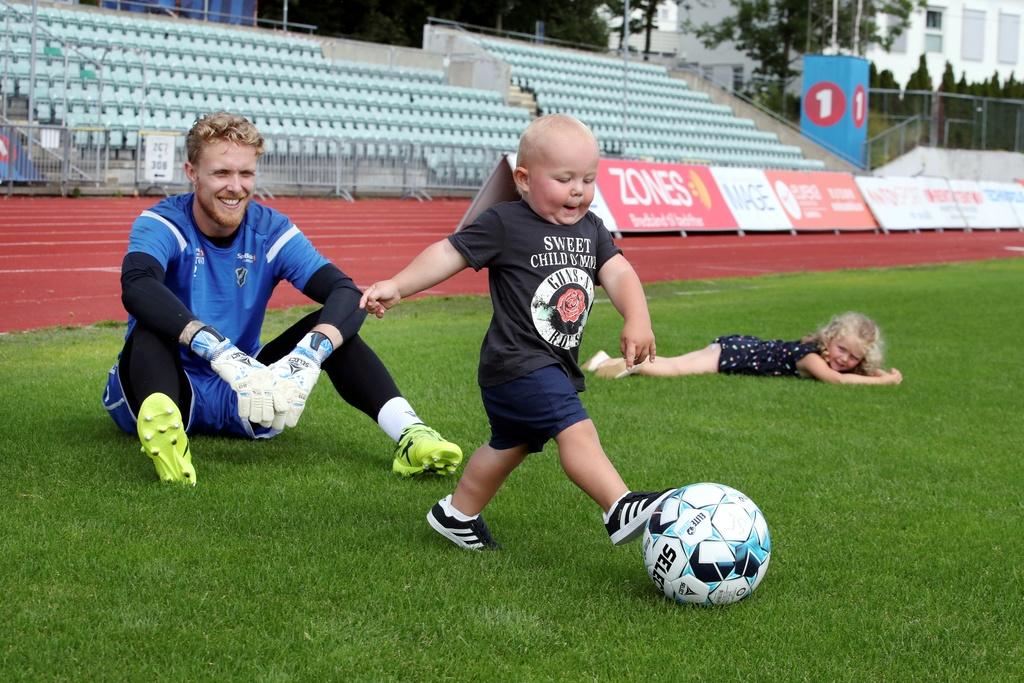 Marcus Sandberg har vært best på Budstikkas Stabæk-børs denne sesongen. Sammen med familien og barna Wilmer og Mãrta trives de i Bærum.
