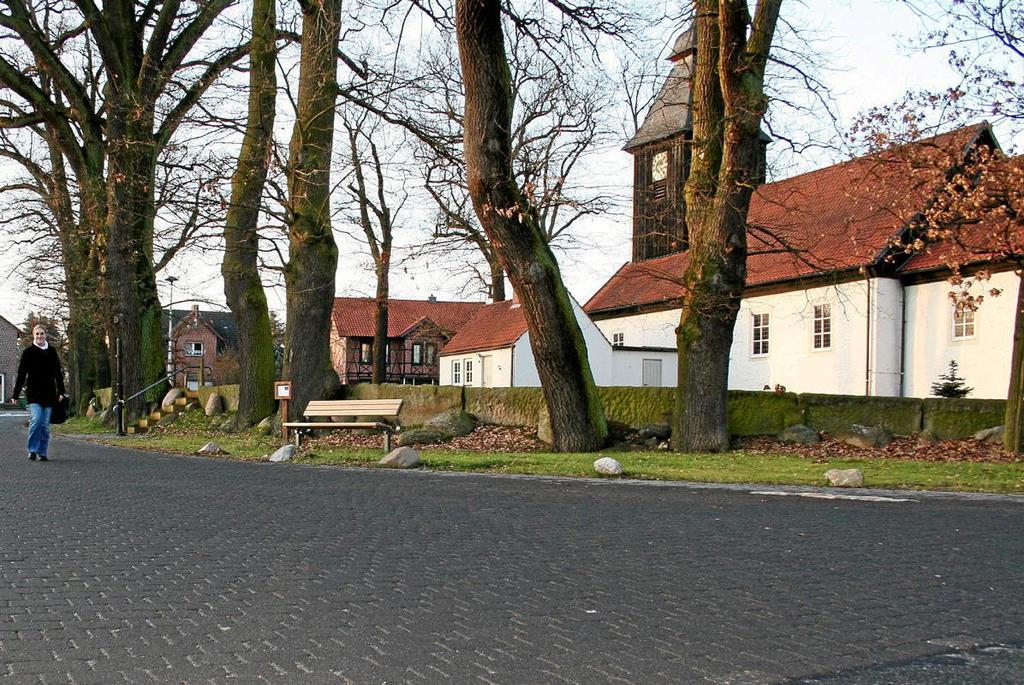 Förderung aus dem Dorferneuerungsprogramm gab es für Jembke: Die Straße hinter der Kirche erhielt ein neues Pflaster. Sylvia Dürheide, Archiv