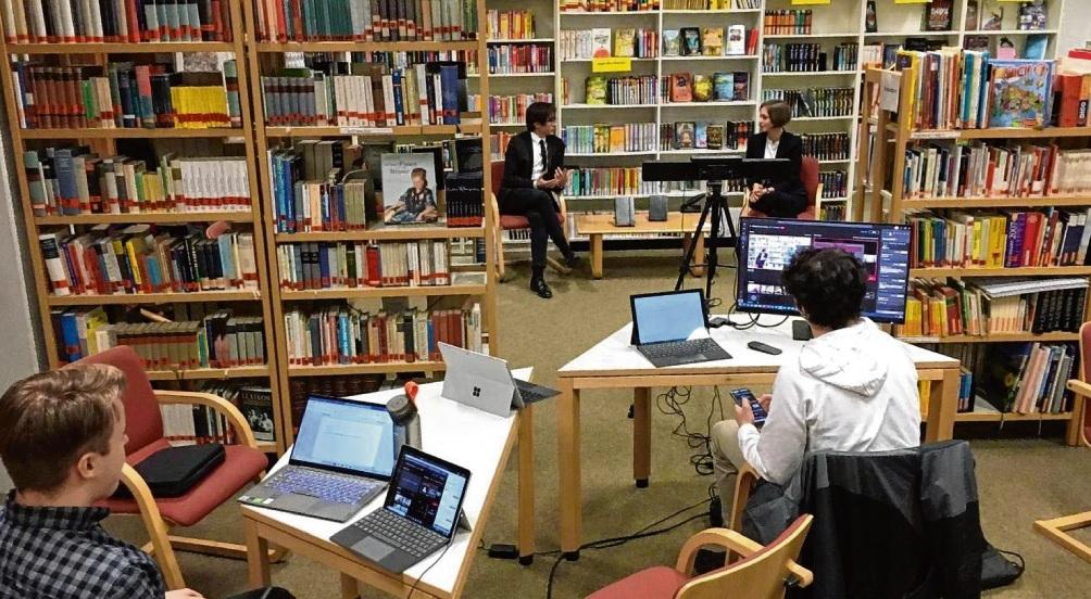 """Online-Übertragung aus der Schulbibliothek: Die Schülerfirma """"EcksGames"""" kam per Video zu den Aktionären nach Hause. EcksGames"""