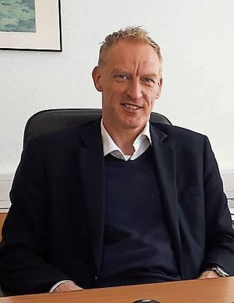 Engagiert sich für den Sport, früher als Fußball-Schiedsrichter, noch als Sportrichter und 2. Vorsitzender von Spiel und Sport Emden schon lange Jahre: Rechtsanwalt und Notar Peter Bartsch BILD: ddv