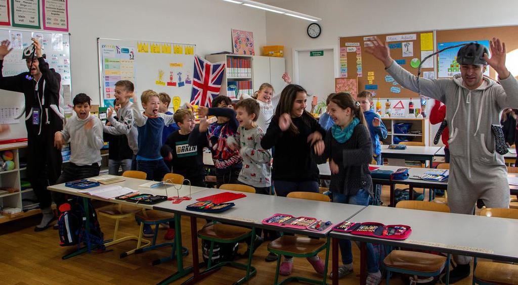So spannend kann Unterricht sein: Die Klasse 3b der Schreieneschschule vertreibt die Haifische mithilfe der Schauspieler Elias Füchsle (links) und Ric Weißer.