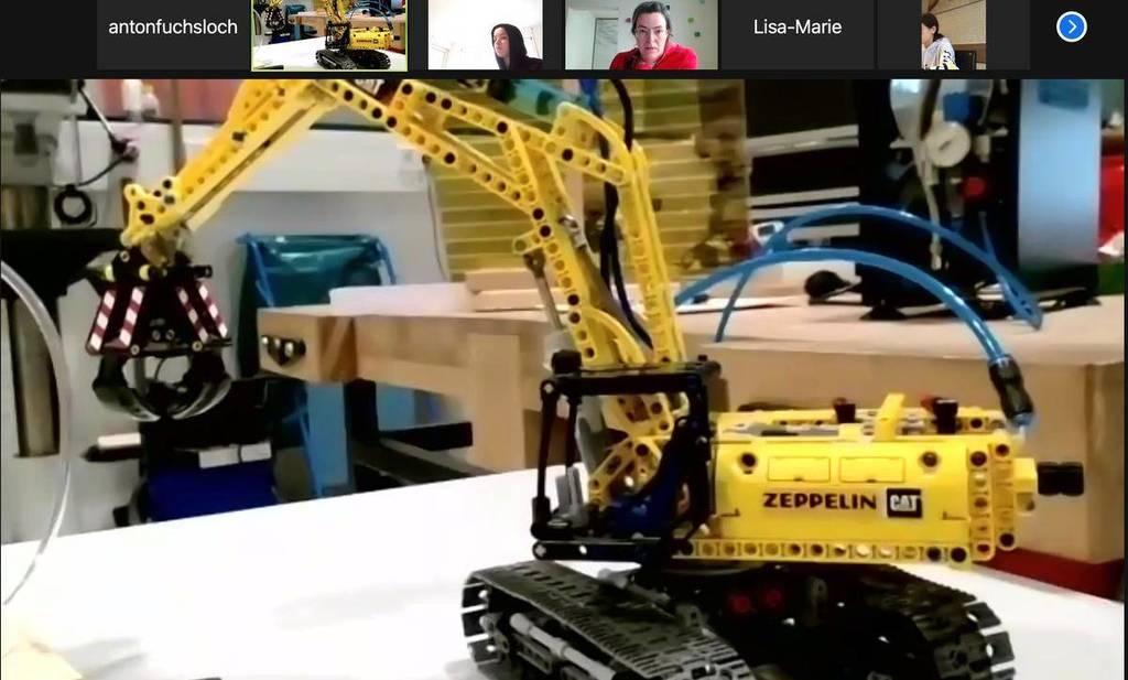 Der Screenshot der Zoom-Konferenz zeigt oben die Namen der eingeloggten Kursteilnehmer - Leonie Rimmele und Daria Napolano-Matousek haben ihre Kamera aktiviert. Kursleiter Michael Fährmann von der Wissenswerkstatt erläutert. (Foto: af)
