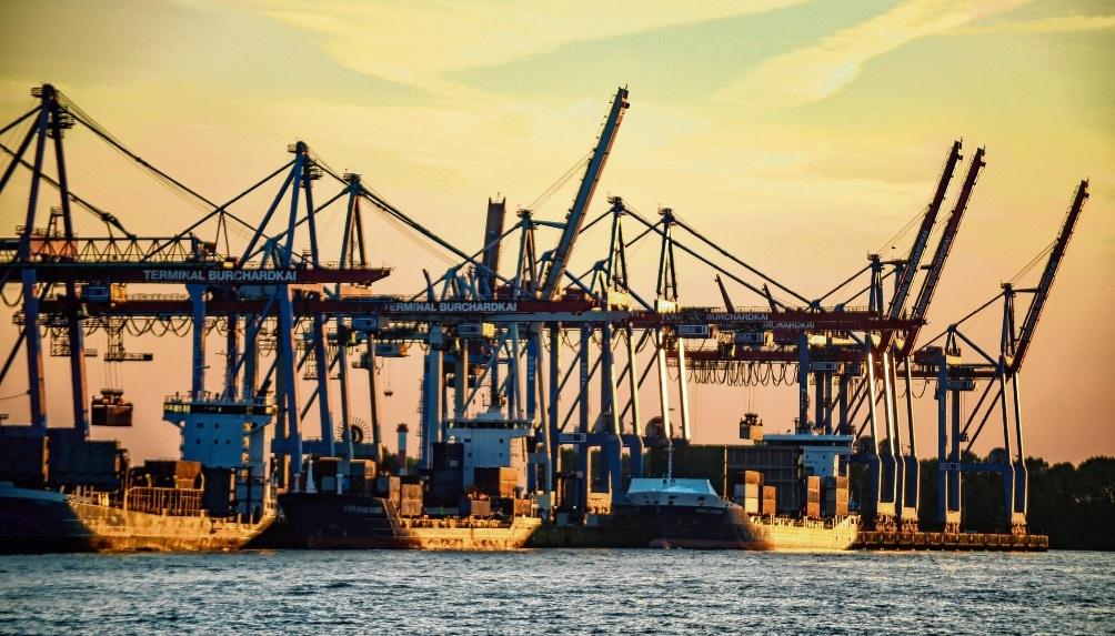Untergehende Sonne im Hamburger Hafen: Deutschland musste die Spitzenposition im Containerschiffsegment im vergangenen Jahr an die weltgrößte Handelsnation – und das ist  inzwischen China  – abgeben. Axel Heimken/dpa