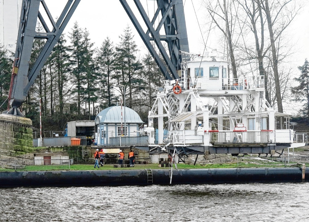 8. Januar 2016, Tag der Havarie: Nachmittags wurde die zerstörte Schwebefähre ans Südufer gezogen. WSA Nord-Ostsee-Kanal