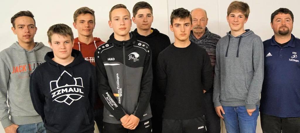 Die Schiedsrichter-Neulinge (es fehlt Lukas Leis) zusammen mit dem Tuttlinger Ausschussmitglied Kai-Uwe Villing (rechts) und Verbandslehrwart Horst Ebel (Dritter von rechts). (Foto: Waibel)