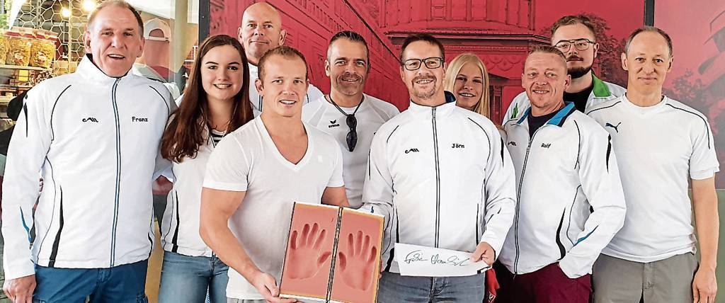 """Die Sportler des MTV Wittmund und der Vorstand von """"Hands of Fame"""" ist froh, endlich  die Handabdrücke von Fabian Hambüchen (4. v. l.) zu haben.   BILD: Wolfgang Malzahn"""