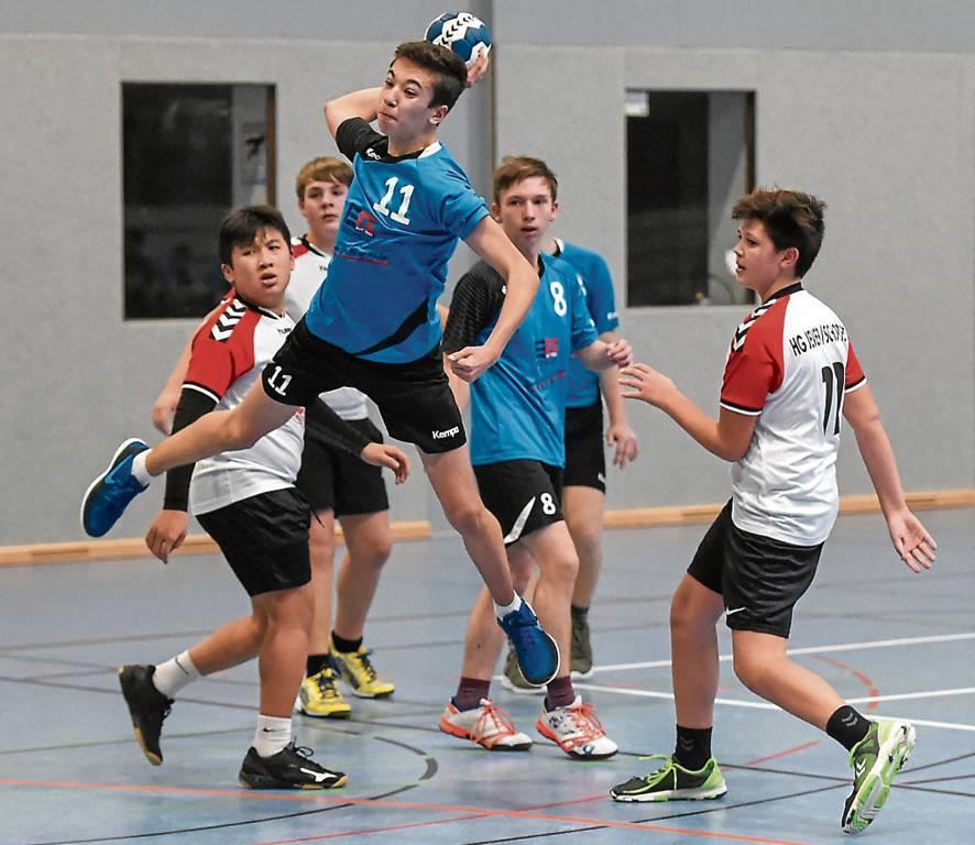 Die C-Jugendlichen des MTV Wittmund (in Blau) und der HG Jever/Schortens zeigen Einsatz,  hier in der Regionsliga der Saison 2018/19..   BILD: Dennis Maslo