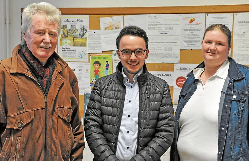Der SPD-Ortsverband Esens, im Bild von links Fokko Saathoff, Ole Willms und Silke Martens, hat eine Hilfsaktion gestartet. Alleinlebende sollen nicht vergessen werden. BILD: Klaus Händel