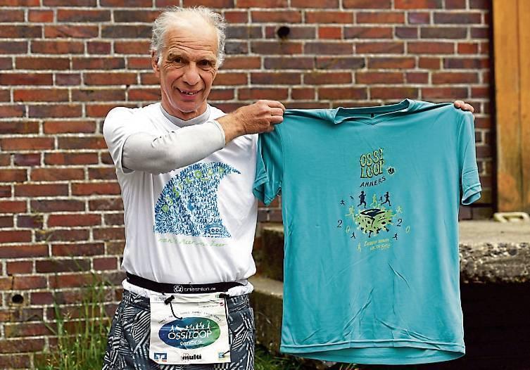 Edzard Wirtjes präsentierte in Dunum das neue Dörloper- shirt.BILD: Jochen Schrievers
