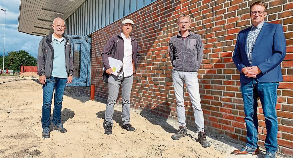 Die Sportler und die Architekten, v.l.: Bernd Kollenbroich (Sprecher Arbeitskreis  des MTVWittmund), Lüder Hoppe (Planungsbüro G. &L. Hoppe), Christian Feddermann  (CHF-Architekten) und Martin Ullrich (1. Vorsitzender SVWittmund)   .