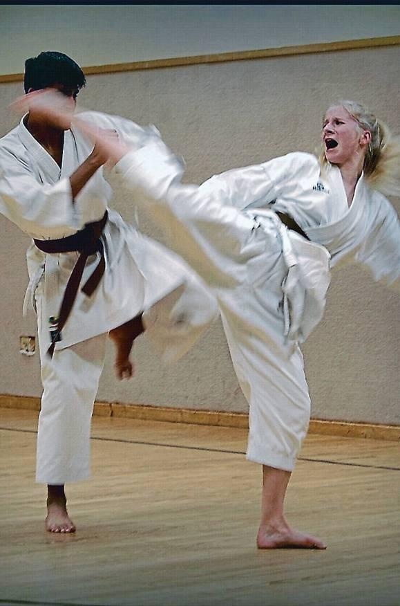 Karate ist eine Kunstform mit vielen Schlägen, Tritten, Kniestößen und Techniken mit  leeren Händen.   BILDer: MTV Wittmund