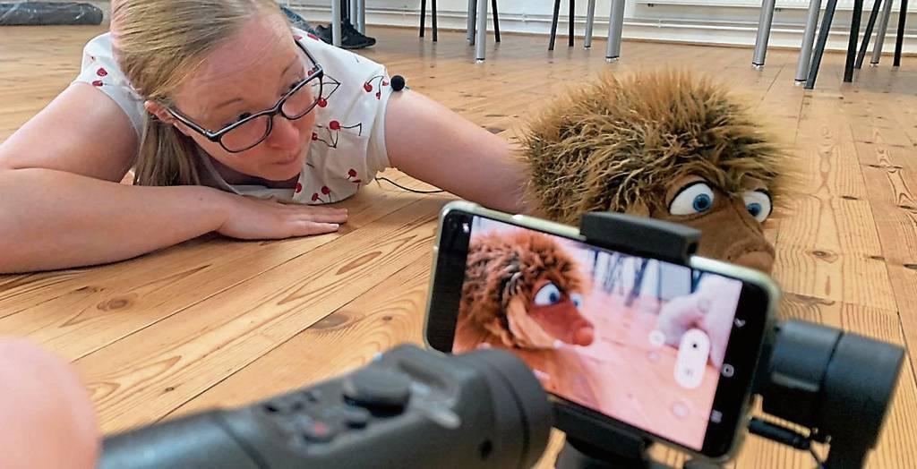 Jenny Hähnel mit dem Igel Bürste bei den Dreharbeiten zum Video, das am Wochenende  online geht.   BILDer: Kreissportbund