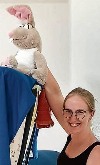 Kristina Klattenberg mit dem Hasen Hoppel.