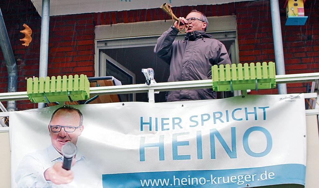 """Ossiloop-Moderator Heino Krüger hatte sich bei der ersten Ausgabe des """"Ossiloop anners""""  spontan dazu entschlossen, von seinem Balkon aus zu moderieren   . BILD: Vortanz"""