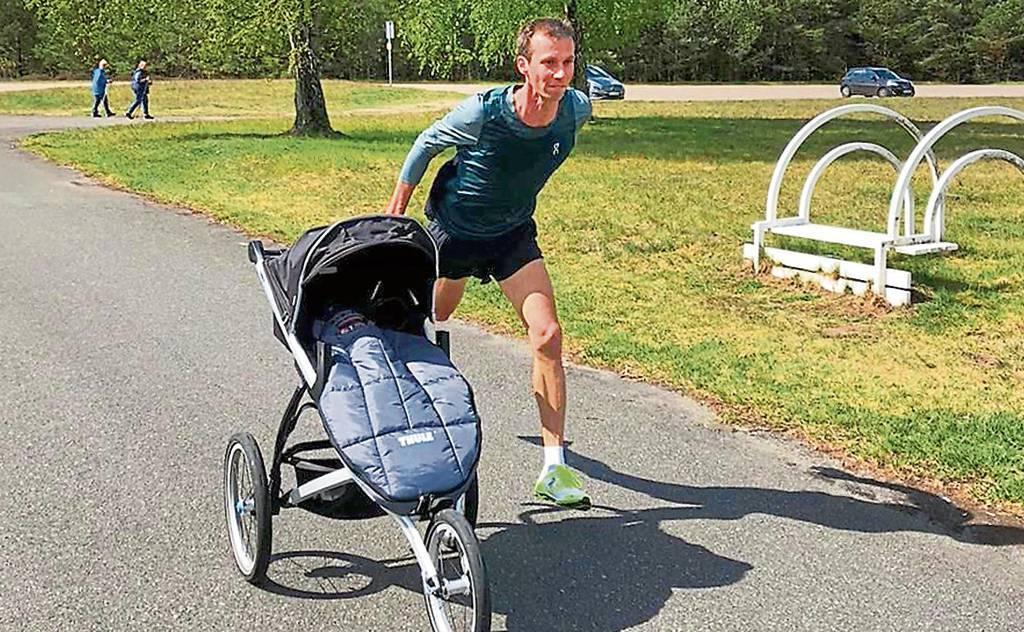 Ossiloop-Seriensieger Andreas Kuhlen lief 2020 mit seinem Sohn, der gemütlich im Kinderwagen  lag   BILD: Privat