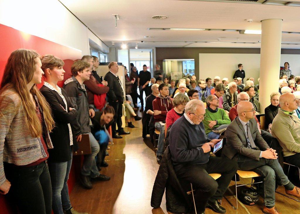 Kein Sitzplatz mehr vorhanden: Der Lüntzel-Saal ist am Dienstagabend gut gefüllt.Foto: Christian Harborth