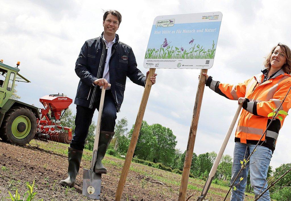 Oberbürgermeister Ingo Meyer und Stephanie Biel vom Fachbereich Grün weisen die Fläche als Insektenwiese aus.Foto: Werner Kaiser