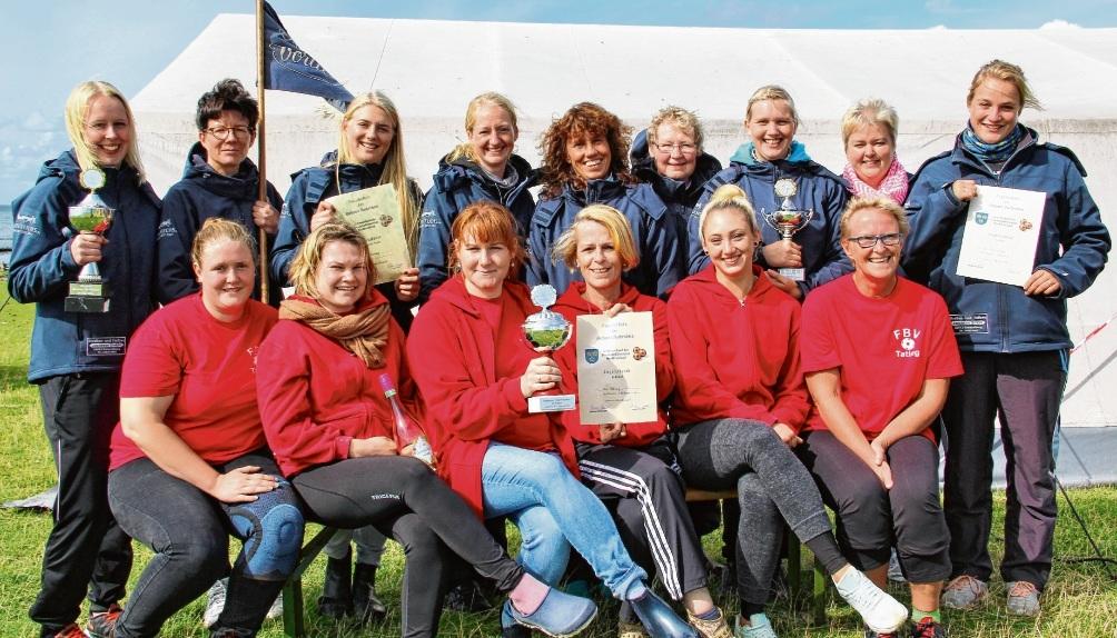 Die Gewinnerinnen: vorn die Boßlerinnen des BV Tating, die den B-Pokal holten, im Hintergrund  die Boßlerinnen des BV Simonsberg, die sich den A-Pokal und den Jubiläumspokal sicherten. bdk