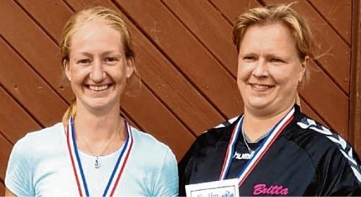 Freude: Landesmeisterin Regina Schmidt und die Drittplatzierte Britta Hems.döh