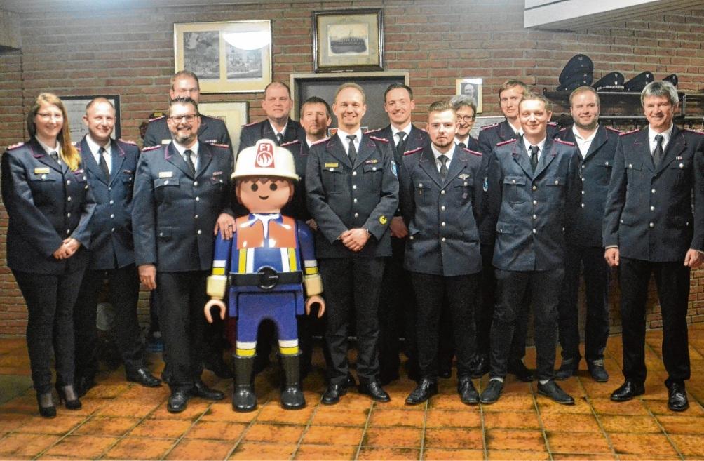 Geehrt und befördert: Für ihren Einsatz wurden die Mitglieder von  Wehrführer Dennis  Kielinski (3. v.l.) ausgezeichnet. Helmuth Möller
