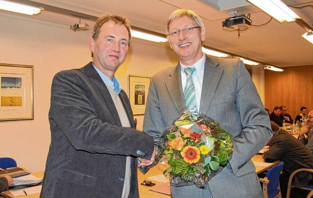 Vor fünf Jahren gratulierte Amtsvorsteher Christian Marwig (l.)  Herbert Lorenzen zu seiner Wiederwahl als Amtsdirektor. Ein drittes Mal will Lorenzen nicht kandidieren. Ilse Buchwald
