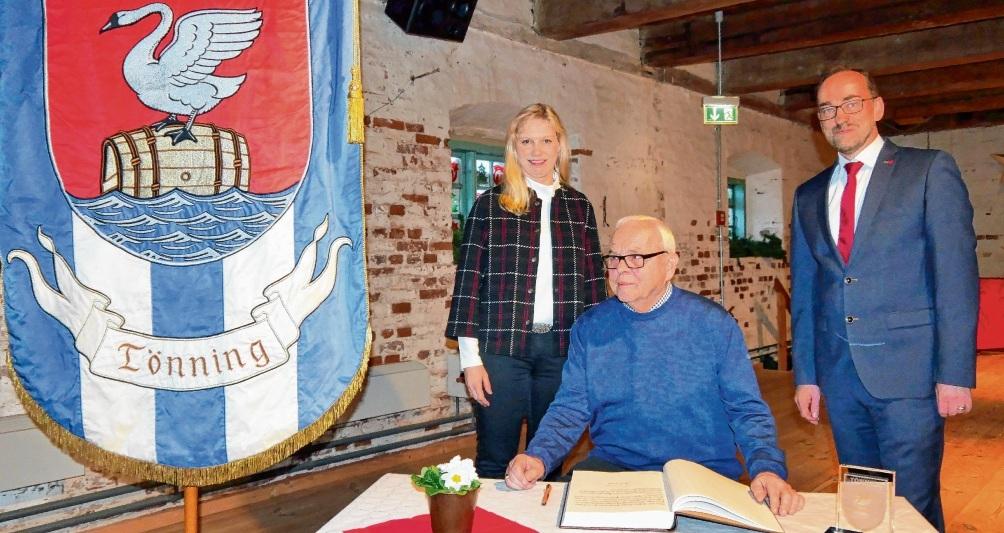 Der überraschte und zugleich stolze Peter Krüger, hier mit Bürgermeisterin Dorothe Klömmer und Bürgervorsteher Jan Diekmann, trägt sich in das Goldene Buch der Stadt ein.Udo Rahn