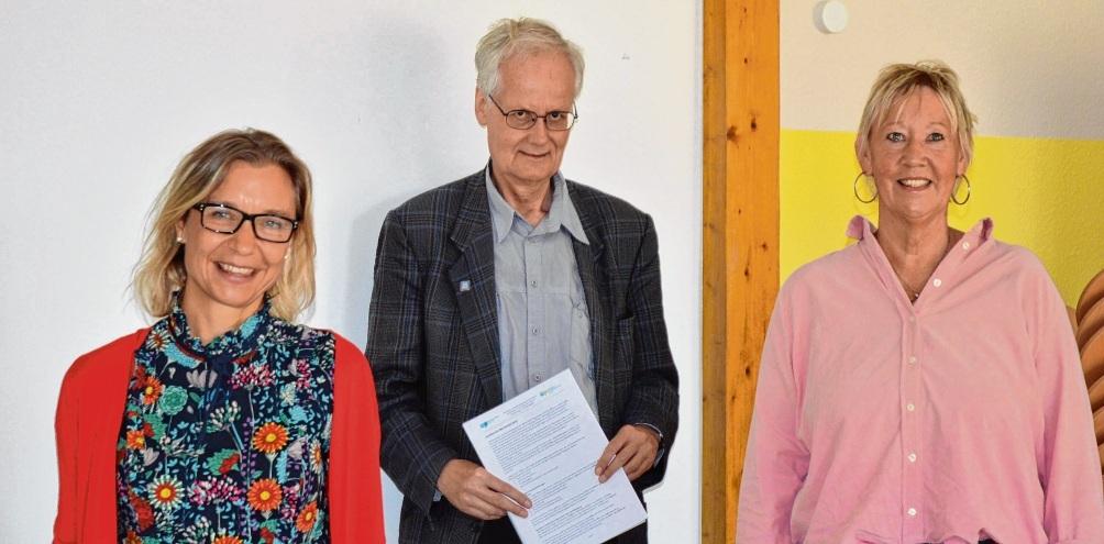 Bei der Übergabe des Berichts: Carsten F. Sörensen mit Alexandra Mrosek (l.) und Monika Weiss-Menke.Arndt Prenzel