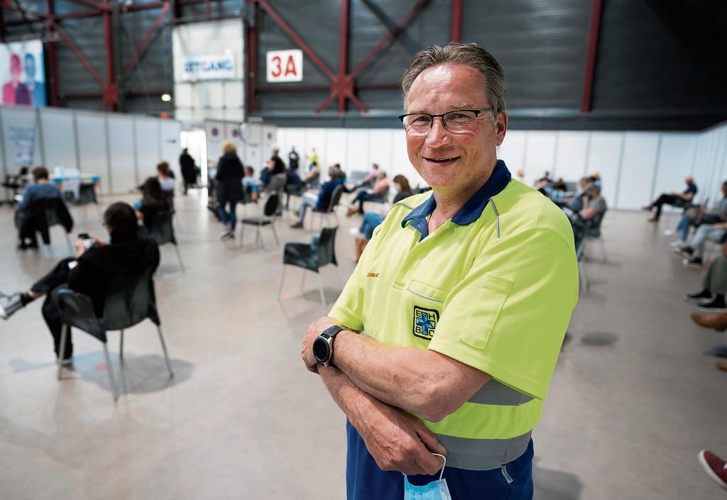 """EHBO-vrijwilliger Sieger van Wijk ziet toe op               eventuele bijwerkingen van het vaccineren tegen het               coronavirus.<div               class=""""picturecredit"""">FOTO HOGE NOORDEN/JAAP               SCHAAF</div>"""