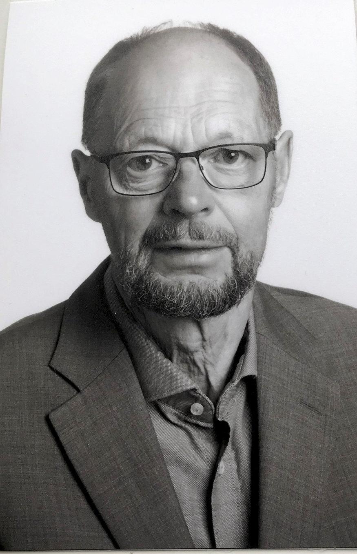 Niels-Erik Sørensen bor i Sydbyen i Silkeborg, og gennem de seneste cirka 20 år har han været medlem af Socialdemokratiet. I forbindelse med valg til både byråd og folketing er han valgtilforordnet for partiet på valgstederne i Them og Bryrup. Tidligere var Niels-Erik Sørensen også skolebestyrelsesformand på den gamle Nordre Skole i Silkeborg.