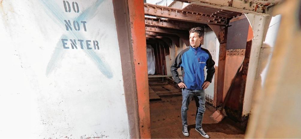 """Mittendrin in der Schifffahrtshistorie: Sebastian Dethlefs an Bord der """"Peking"""", die 2020 komplett saniert sein soll."""