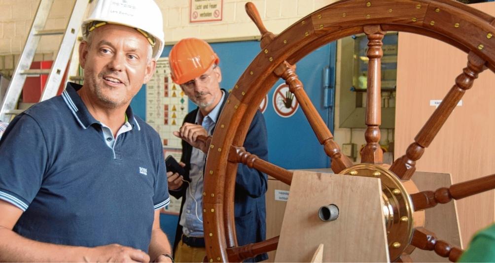 Den ersten sanierten Teil des Original-Doppelruders kann der Produktionsleiter auf der Peters Werft, Lars Biemüller, den Besuchern schon präsentieren.