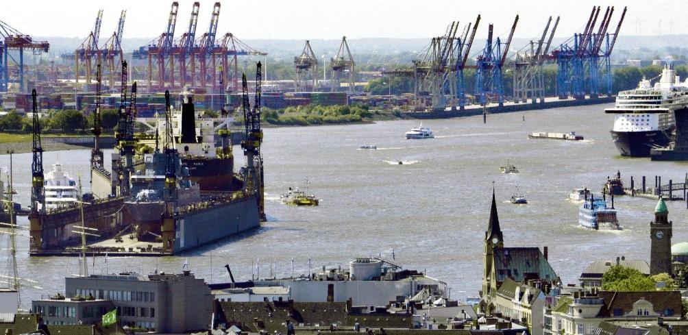 Blick auf den Hamburger Hafen mit Werft und Containerterminal. Reimer Wulf