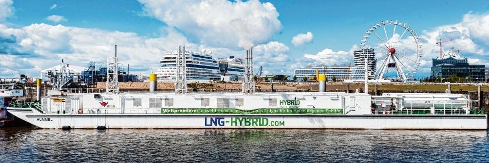 Das erste schwimmende Gaskraftwerk Europas zur Stromversorgung von Kreuzfahrtschiffen im Hamburger Hafen. Die Hansestadt setzt auf Flüssigerdgas, um ihre Ökobilanz zu verbessern, nicht nur im maritimen Sektor. Das LNG soll idealerweise aus Brunsbüttel zugeliefert werden. ScholZ (DPA)/Pöschus (3)
